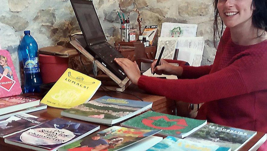 Camille Albaret monte ses romans-photos dans son atelier d'écriture.