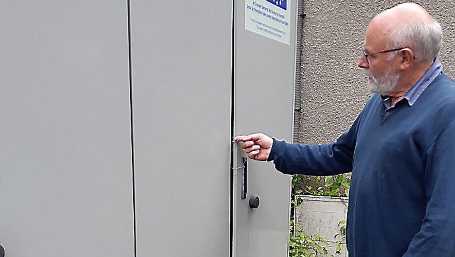 Bernard Boucault devant les portes de l'armoire téléphonique.