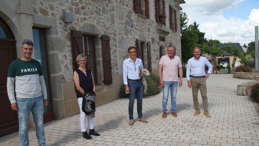Brigitte Mazars, Arnaud Viala et André At avec des élus Fouilladais./DDM.