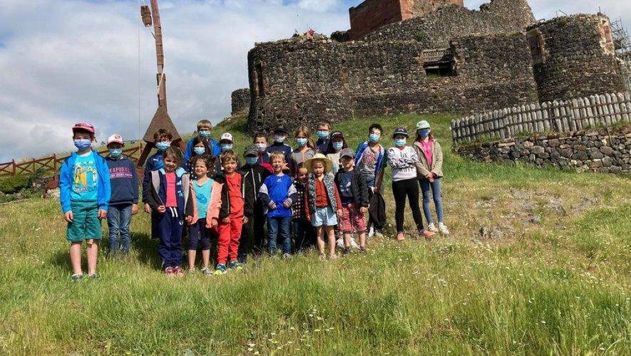Les enfants devant la catapulte.