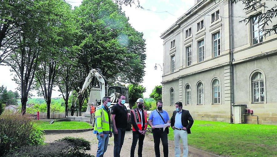 Les élus et les techniciens en concertation sur le chantier.