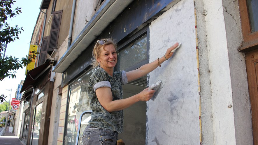 Noëlle Dauvillaire termine l'aménagement de ses locaux.