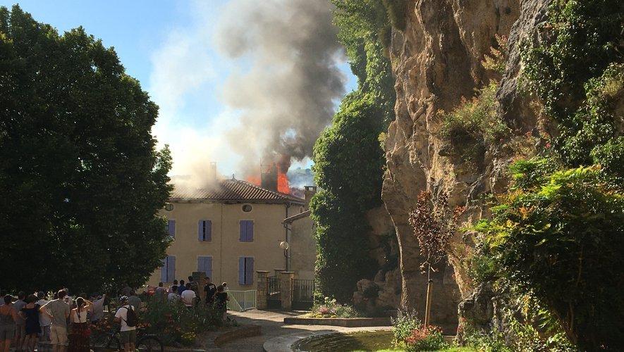 Le feu s'est déclaré au pied du château de Creissels.