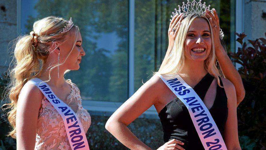 Laura Peruchietti, ici lors de la remise du fameux diadème, aux côtés de Tess Debellemanière, miss Aveyron 2020.