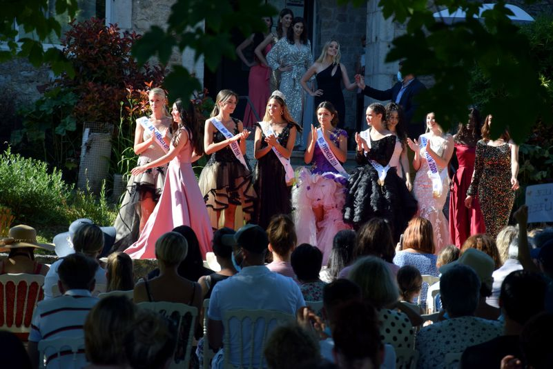 """Quand les """"grandes"""" Miss Midi-Pyrénées applaudissent les prétendantes aveyronnaises."""