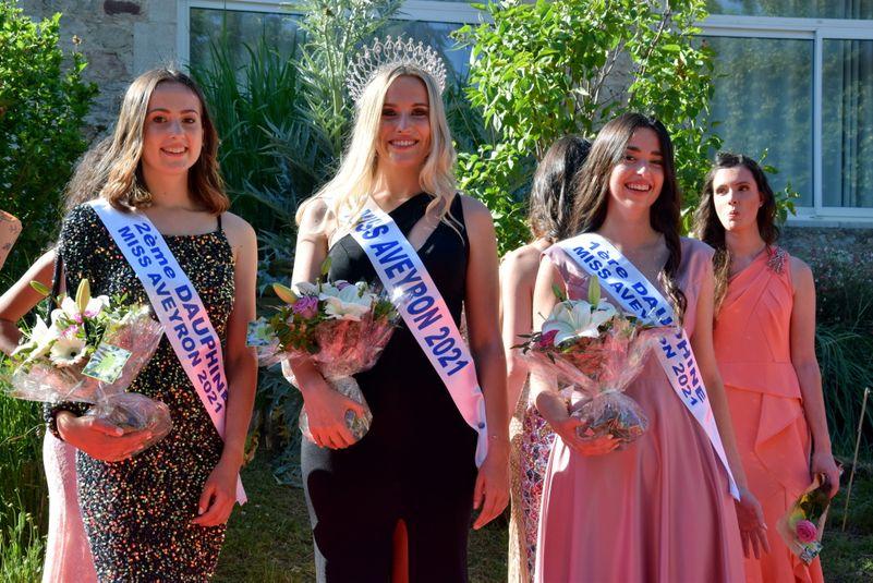 La Miss et ses deux dauphines : Alizée Roques (1re, à droite) et Oriane Albouy (2e, à gauche).