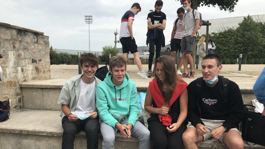 Lucas, Sébastien, Emma et Arthur à la sortie de l'épreuve de philo au lycée Foch.