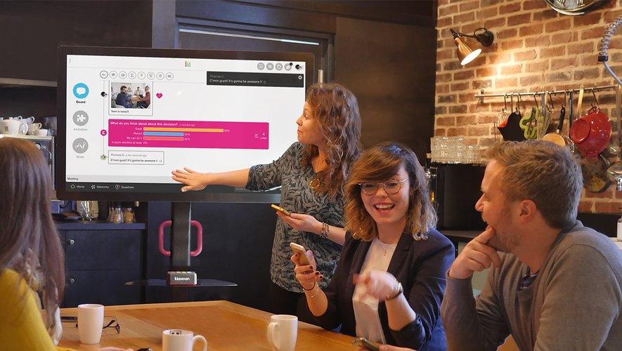 La plate-forme Kalxoon est centrée autour d'un grand tableau blanc virtuel, où les participants peuvent échanger des idées avec des post-it.
