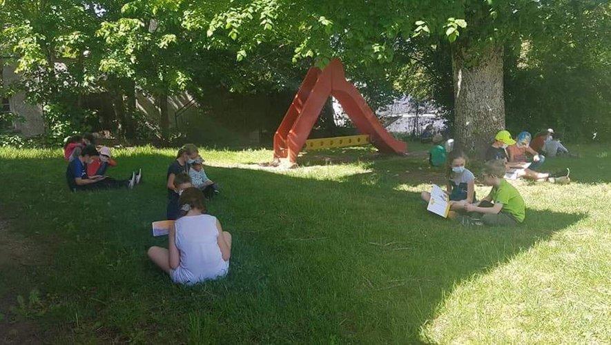 Les élèves bien installés  à l'ombre des tilleuls.
