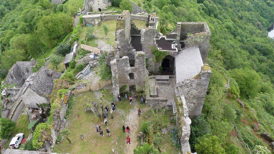 L'office de tourisme et ses partenaires en visite au château du Valon.