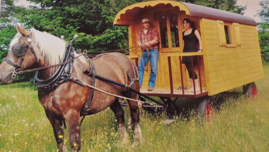 René avec une de ses filles sur une de ses premières roulottes.Ci-dessous : sa dernière réalisation.