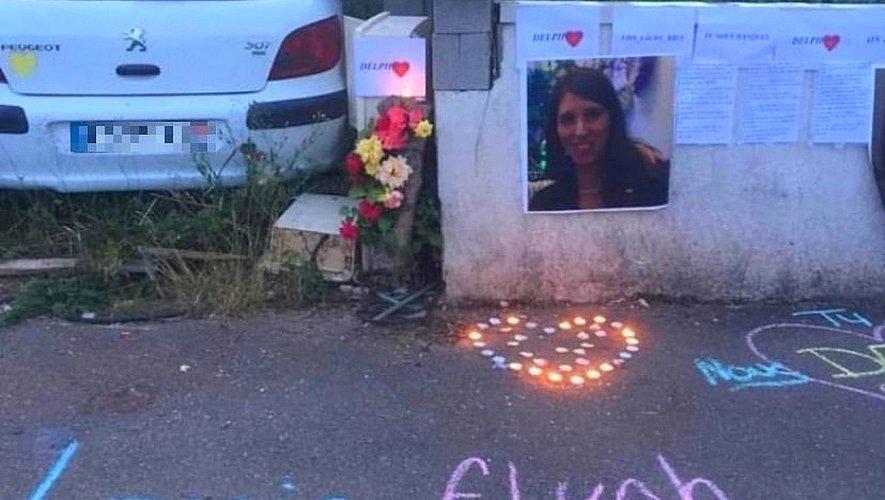 Dès vendredi soir, des amies et proches de Delphine lui ont rendu hommage devant sa maison