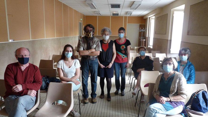 Debout : Laurent Mennelet, Marie-José Segonds-Mennelet et Édith Lagarrigue entourés de quelques adhérents.
