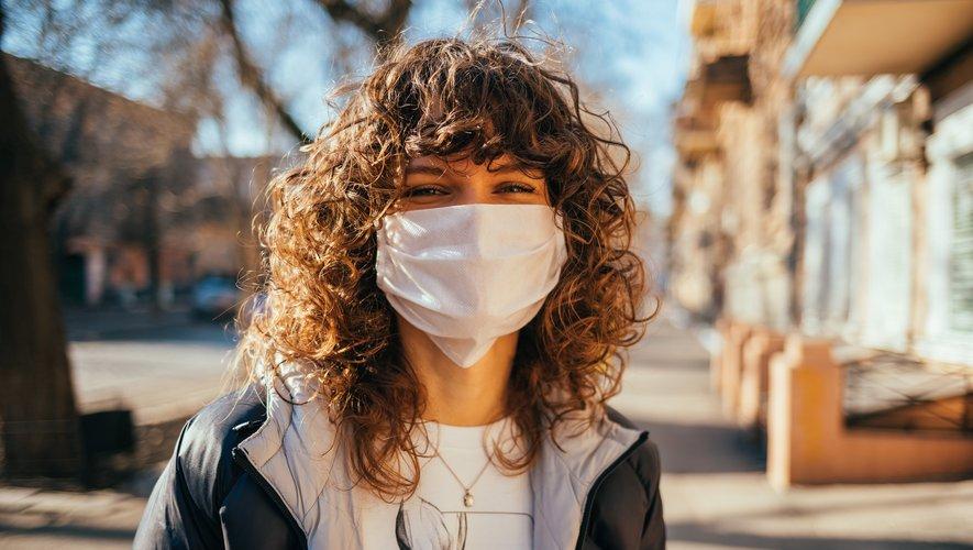 Le masque a une deuxième fonction plus surprenante : celui de masquer - littéralement - ses émotions et de se protéger du regard des autres