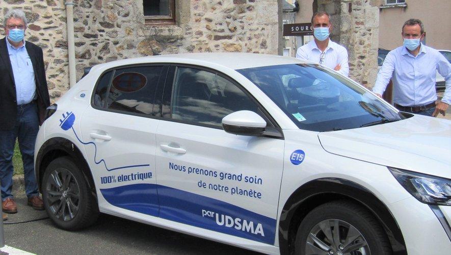 Claude Mouly qui recharge un véhicule, Jean-Marc Calvet, Christophe Maurel, Philippe Carrié.