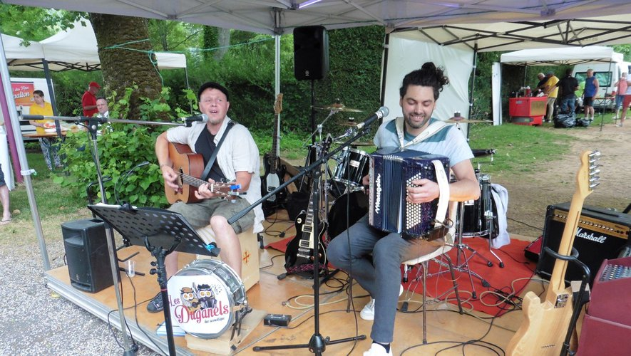 Le duo (Les Duganels) ont débuté la soirée concert avec succès.