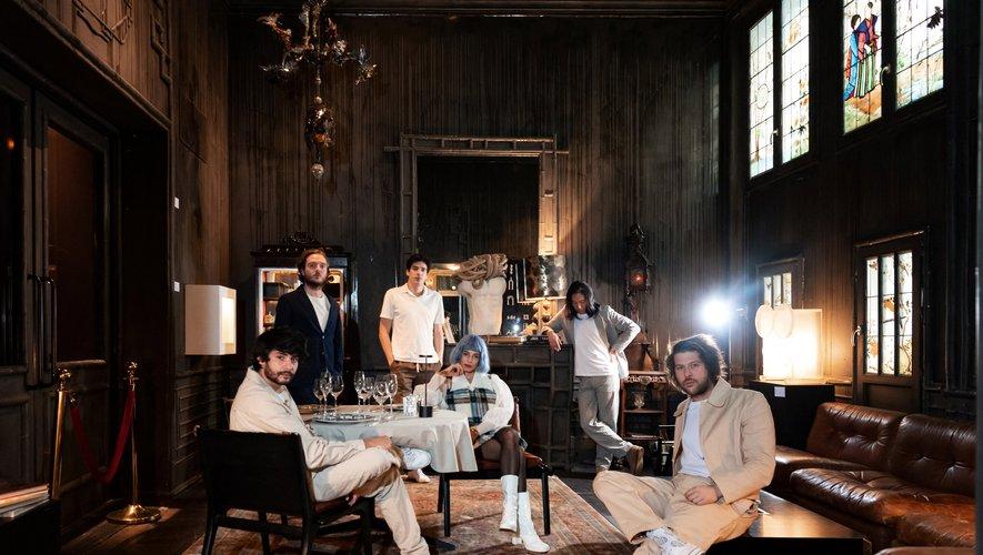 Le groupe L'Impératrice est composé de Charles de Boisseguin, Hagni Gwon, David Gaugué, Achille Trocellier, Tom Daveau et Flore Benguigui.