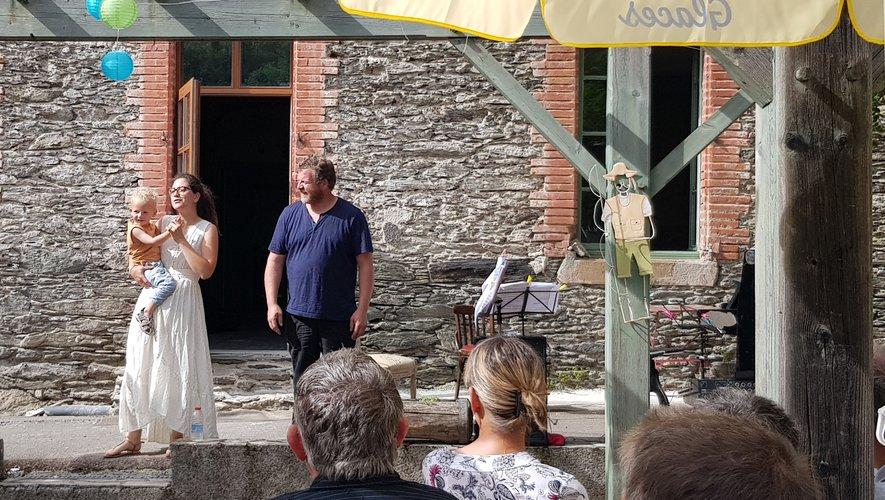 Naïs Glasson, Vincent Rivarel et le petit Elliot , les propriétaires de l'Auberg'In.