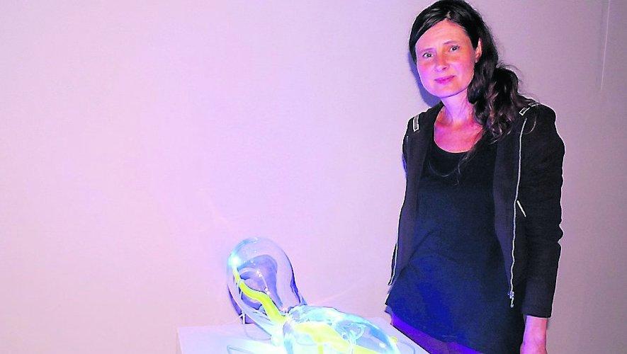 Raphaëlle Jeune, commissaire de l'exposition, devant une œuvre de Benjamin Blaquart.