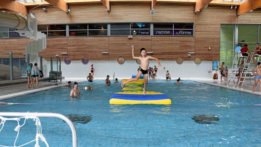 En plus de la traditionnelle structure gonflable dans le bassin sportif, une autre a été installée pour rester dans le thème du handball.
