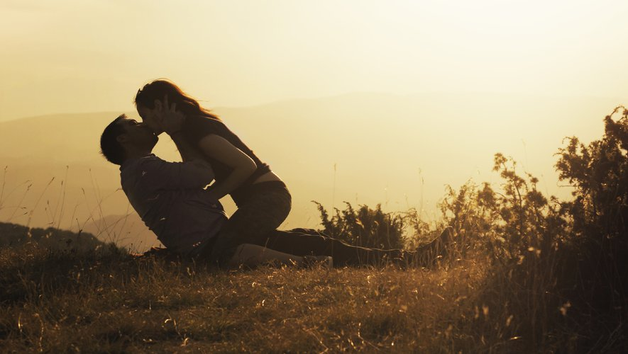 Si plus d'un tiers des Français seront plus ouverts sexuellement cet été, la majorité affirme avant tout chercher une relation stable.