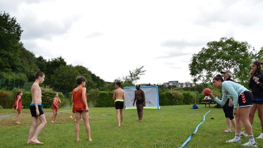 Des féminines U17 du Roc et des joueurs de l'équipe de nationale 2 ont encadré et fait courir les petits handballeurs.