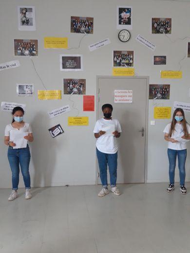 Des collégiens expliquant l'expo.