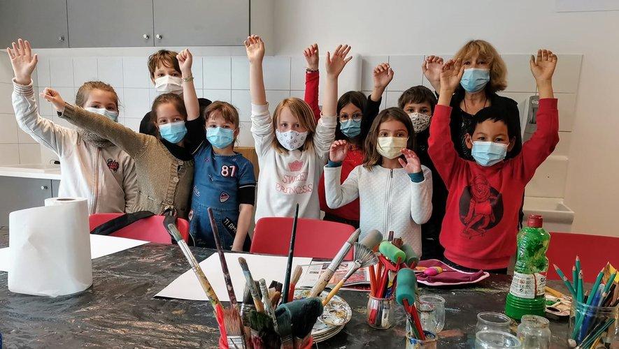 Les enfants participant à cet atelier aux côtés de Mireille Perrin.