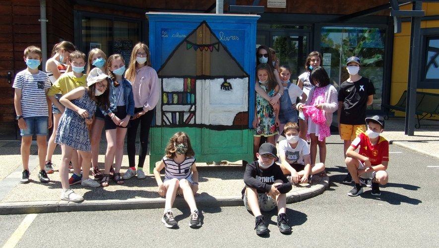 Les élèves devant une des deux boites à livres.
