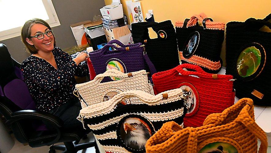 """En attendant d'avoir son atelier indépendant, Magali Farrenq donne naissance à ses sacs au crochet de la collection """"La louve sacrée"""" dans une pièce de sa maison d'Anglars-Saint-Félix."""