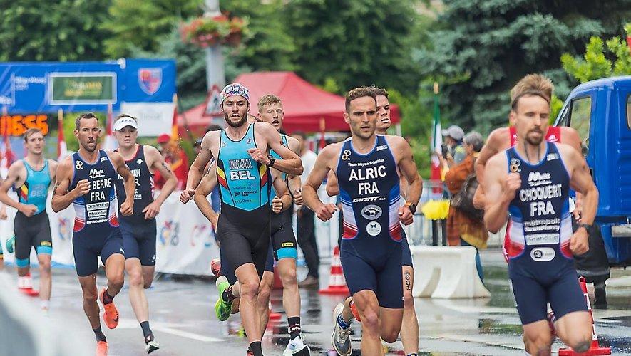 L'athlète de Saint-Izaire (ici aux côtés de Benjamin Choquert, le futur vainqueur) a découvert le niveau international, dimanche.