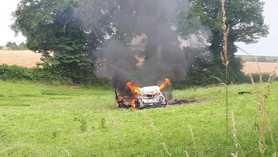 La voiture a été complètement détruite.