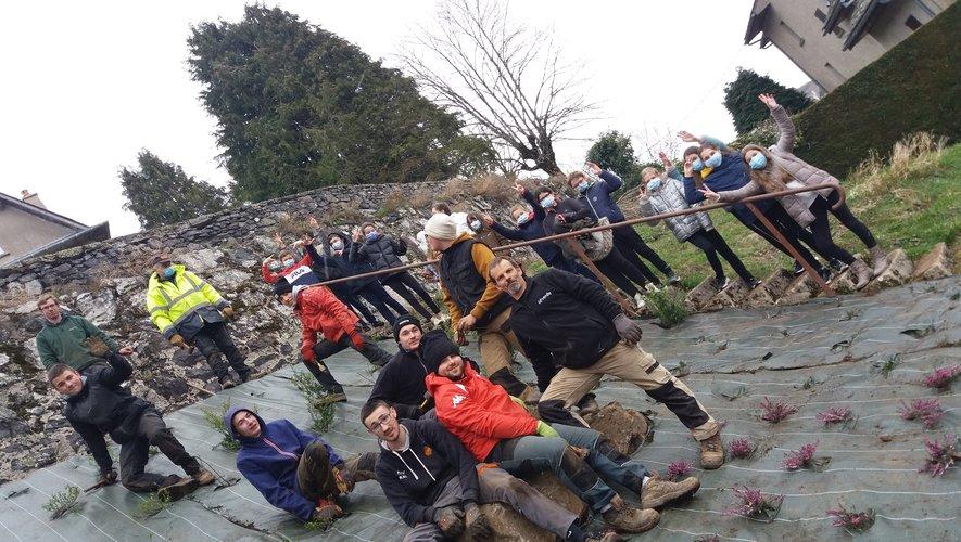 Au jardin les élèves du lycée de Rignac et leur enseignant