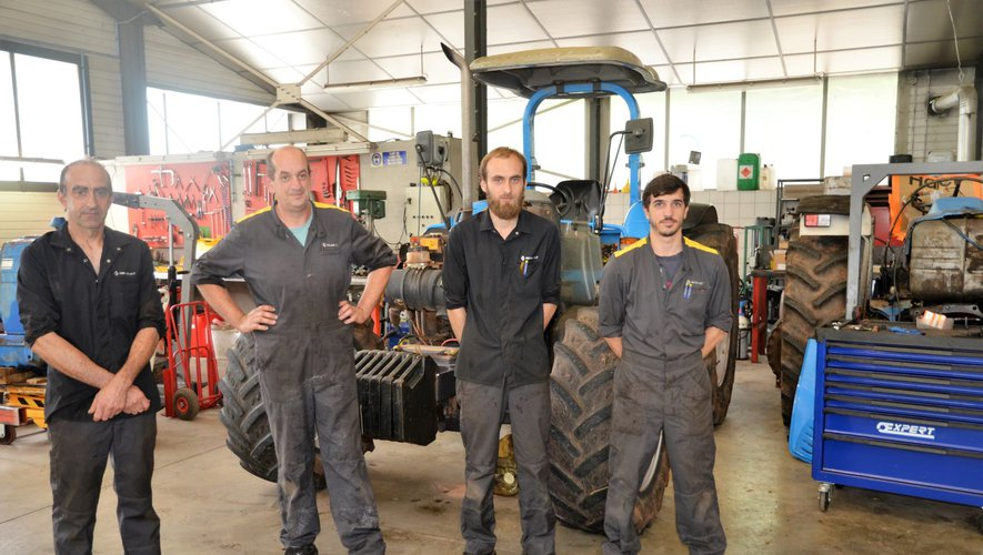 Didier Chincholle, à gauche sur la photo, assure la nouvelle activité mécanique agricole du garage à côté de l'équipe de mécaniciens automobiles.