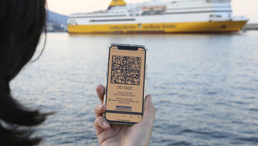 On peut présenter un QR code sur l'appli TousAntiCovid, sur papier ou en photo, sans se soucier de la langue du certificat.