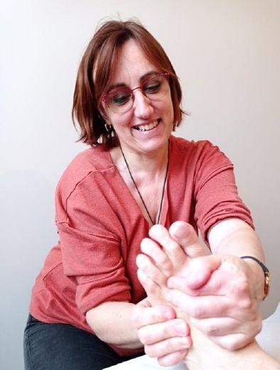 Katy Déléris en séance de réflexologie plantaire.