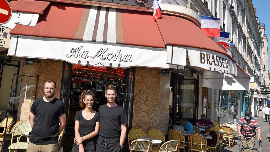 Jordan Firmin (à droite), avec sa compagne brésilienne Luanna et son associé Jean-Alain Guirao, tient les rênes de la brasserie Au Moka à Paris (15e).Rui Dos Santos