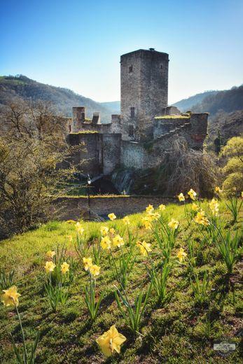 Le château de Belcsatel, construit au XIe siècle, fut restauré dans les années 1970 par l'architecte Fernand Pouillon.