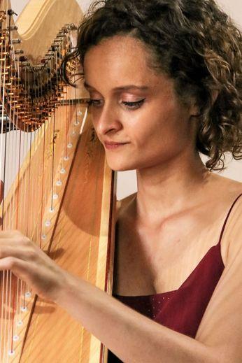 Alice Emery, née en 1996  à Rio De Janeiro, joue des mélodies sur harpe depuis l'âge de 4 ans.