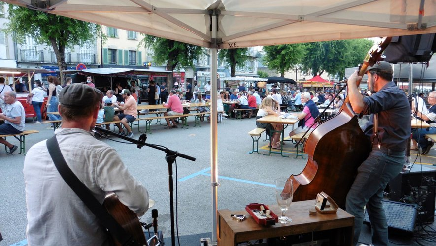 Berzinc avait mis une ambiance festive au premier marché de producteurs avant l'arrivée de la pluie.