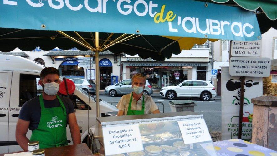 Alain Pradalier et son futur repreneur, julien Fontanier sur leur stand au marché de producteurs.