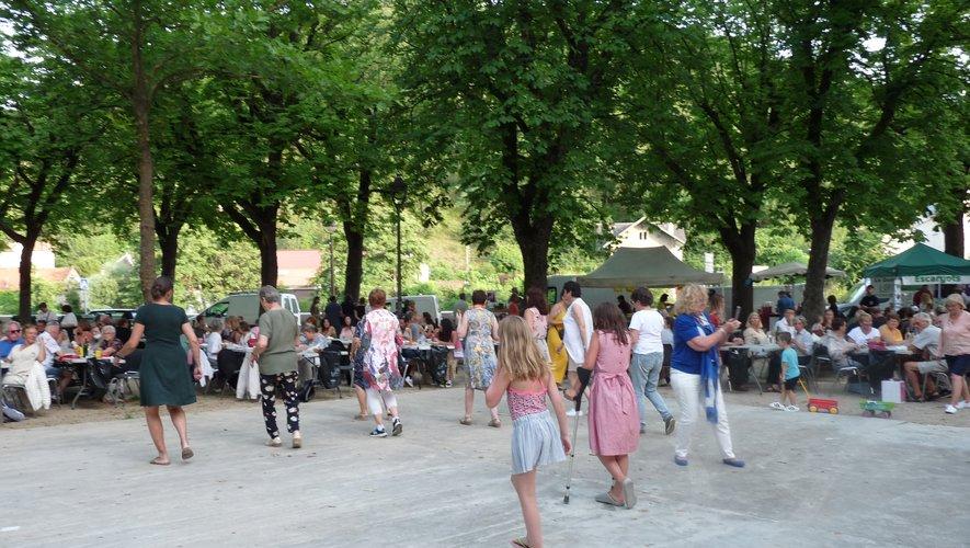 Canards gras, aligot et musique... Les touristes aussi ont commencé à arriver.