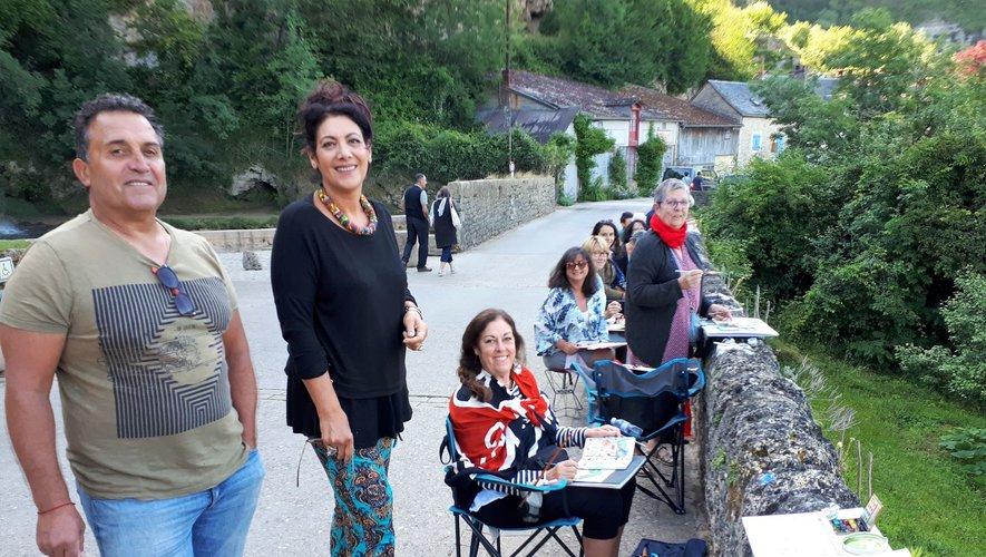 Sonia Privat, à côté de son mari, Dany avec son groupe de stagiaires captant la lumière matinale sur le clocher de l'église Saint-Paul.