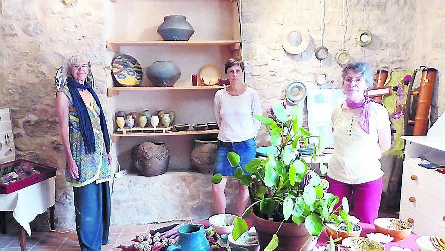 Un panel de créations uniques à découvrir. Sur la photo : Michèle, Katia et Béatrice./ Photo FEG