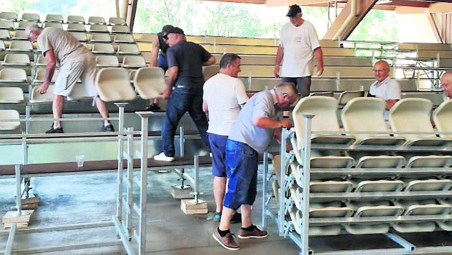 Les bénévoles sont à pied d'œuvre pour installer les gradins avant le spectacle de samedi./ Photo DR.