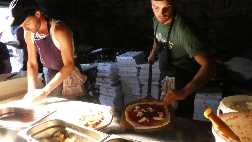 Les pizzaïolos en pleine préparation des 140 pizzas de la soirée !.