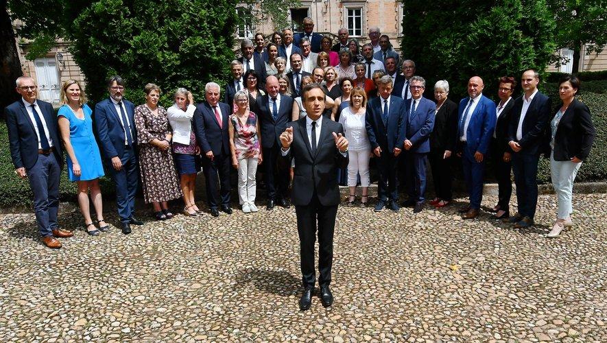 """Arnaud Viala, lors de la traditionnelle """"photo de famille"""", prise dans les jardins de l'évêché à Rodez."""