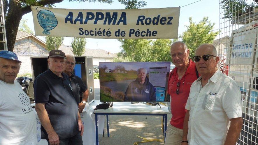Les acteurs de l'AAPPMA sur leur stand de présentation.