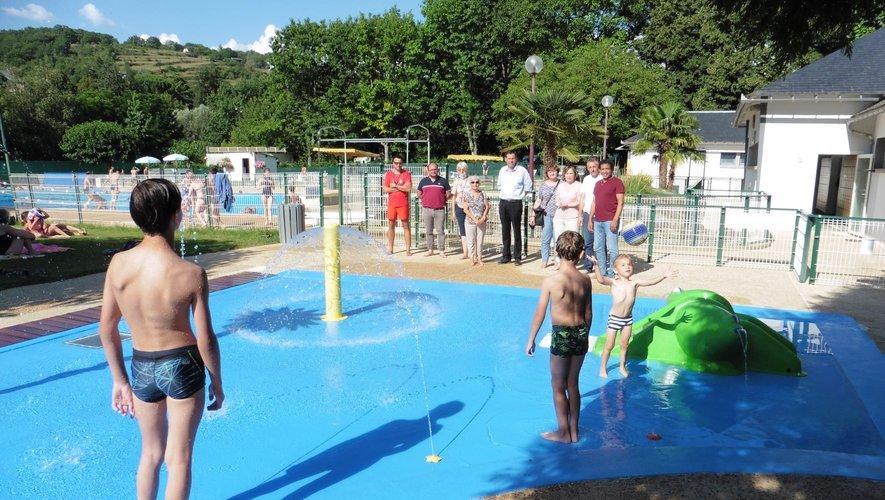 Des enfants heureux dans leur nouvel espace jeux à la piscine municipale.