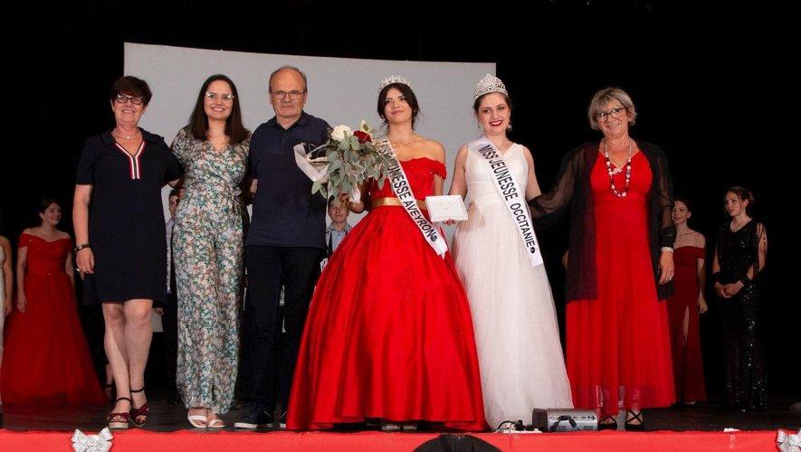 Les organisatrices, Miss Aveyron, Miss Occitanie entourent le maire de Decazeville, François Marty./DR